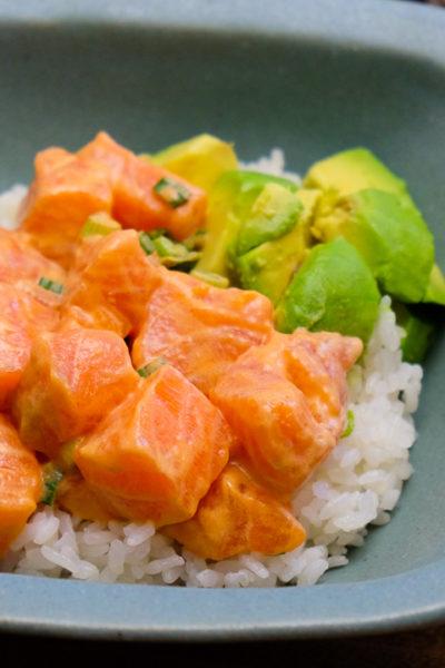 【レシピ】丼にも、おつまみにも♪ シラチャソースでつくる、スパイシーサーモンポキ(ポケ)
