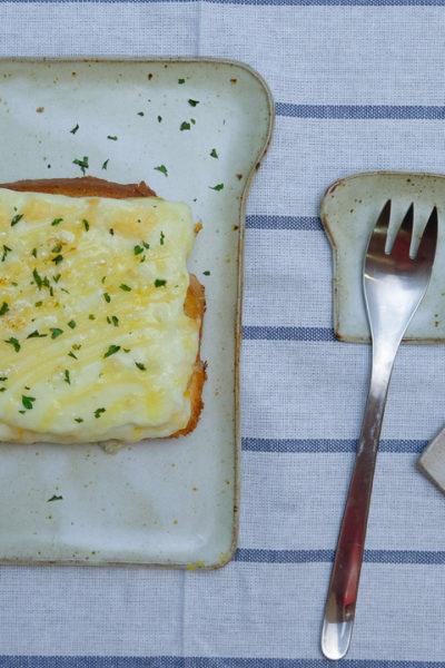 自作の食パン型のお皿たち、と、朝ごはんにぴったりの「チーたまトースト」