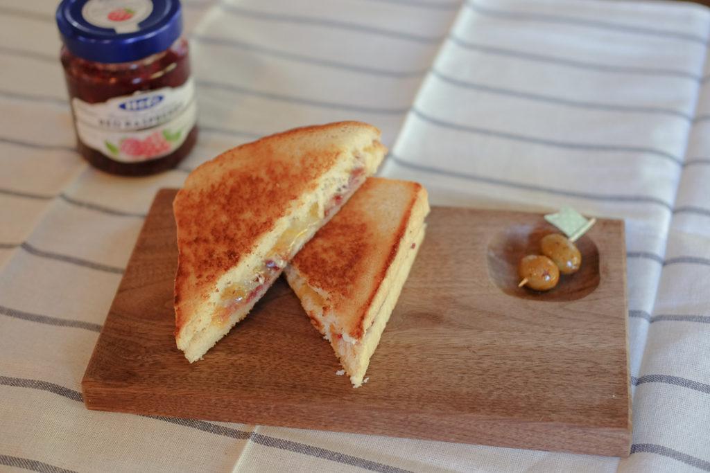 ブリーとラズベリージャムのグリルドチーズサンドイッチ