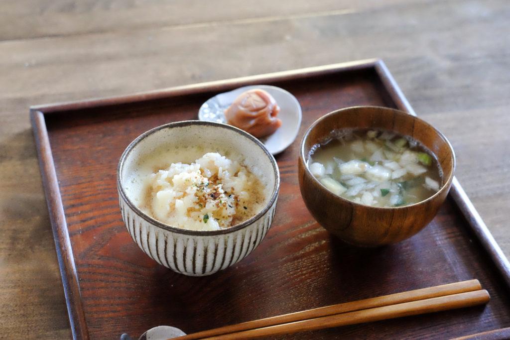 たまごかけごはんとお味噌汁の朝食