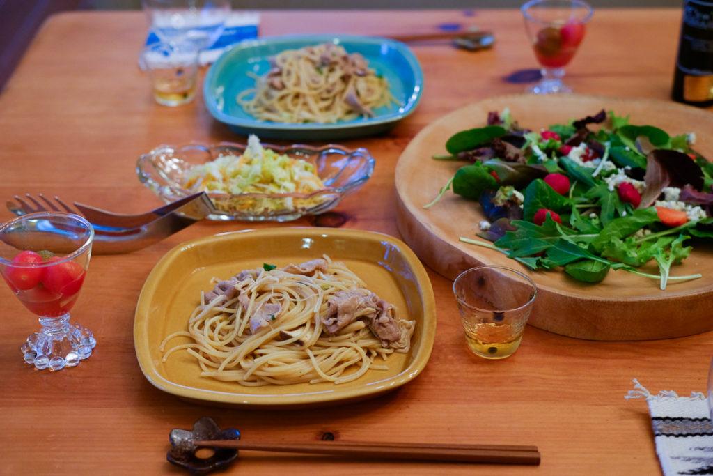 パスタ、コールスロー、トマトのマリネ、それからラズベリー入りサラダ
