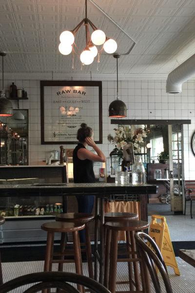 ノスタルジックな店内が素敵*古いファーマシーの名残を残すカフェで、ブランチ