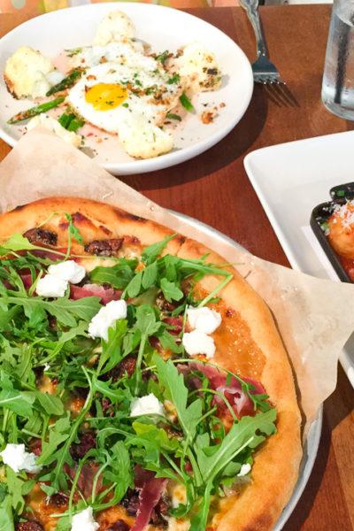 イタリアンレストランでランチ♪ ドライフィグとフェタチーズのピザが絶品でした。