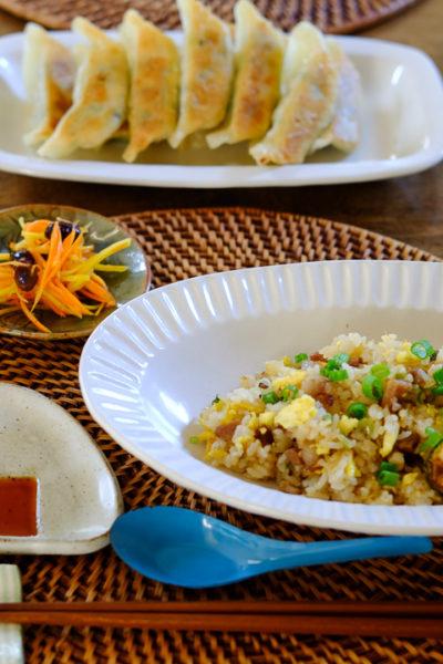 チャーハンと餃子の夜ごはん&おにぎり型のしょうゆ皿