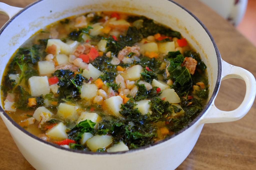 ソーセージ、豆、ケールのスープ