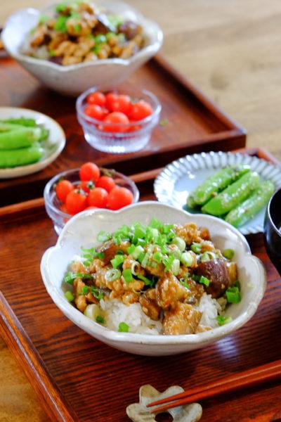 なすと豚ひき肉の甘みそ丼、スナップえんどうのレモンソルト炒め、京湯葉のお味噌汁、の献立