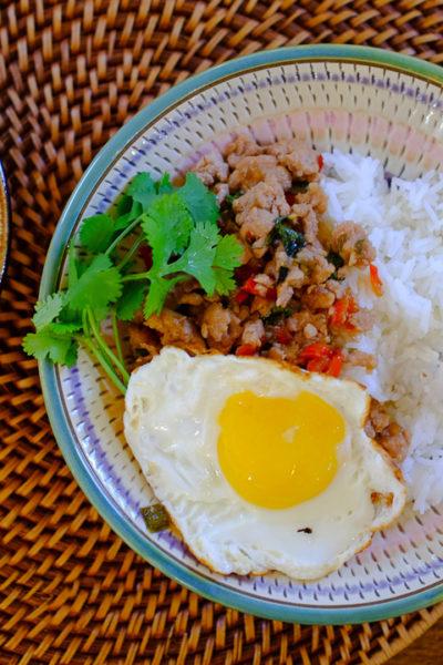 【レシピ】ちょっと本格的な、ガパオごはん(庭で採れたタイバジルやチリで)。と、アメリカで人気のスパークリングウォーター、「トポチコ」。