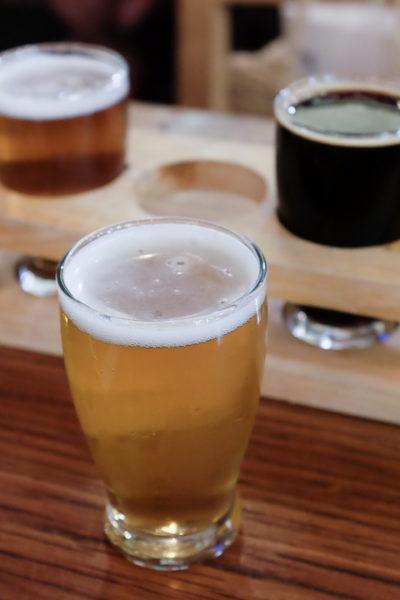 ホールフーズマーケット内のバーで、クラフトビール。飲みながらのお買い物もOKなんです♪