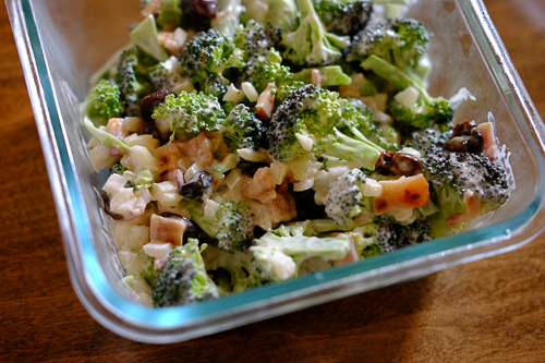 【レシピ】ブロッコリーを生のまま美味しく♪ ナッツやレーズン入り《ブロッコリーサラダ》