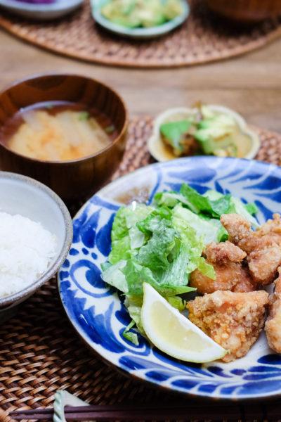 鶏のからあげ、紫芋のサラダ、アボカドのポン酢和え、の献立