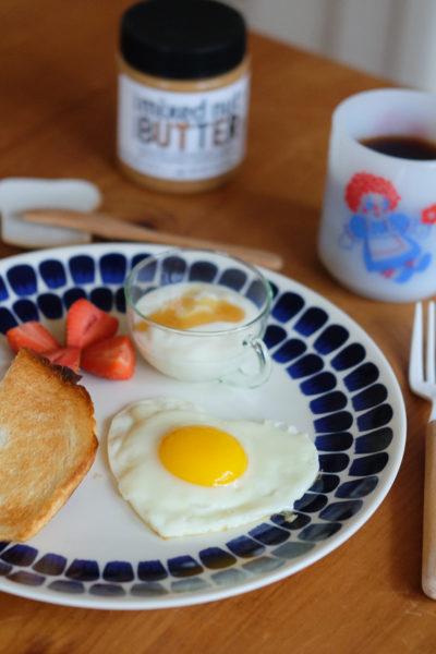 朝ごはん*トレジョの新製品「ミックスナッツバター」&ハート形目玉焼き