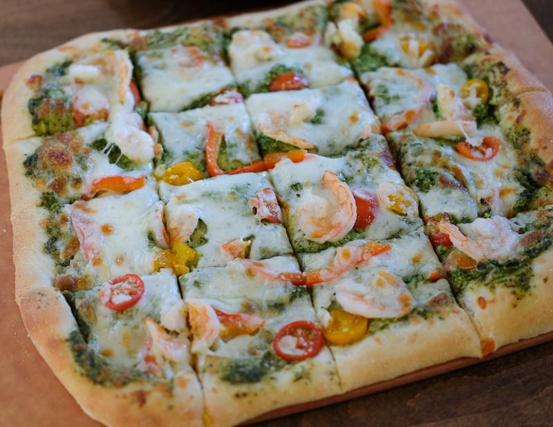 パクチーソースの海老ピザ