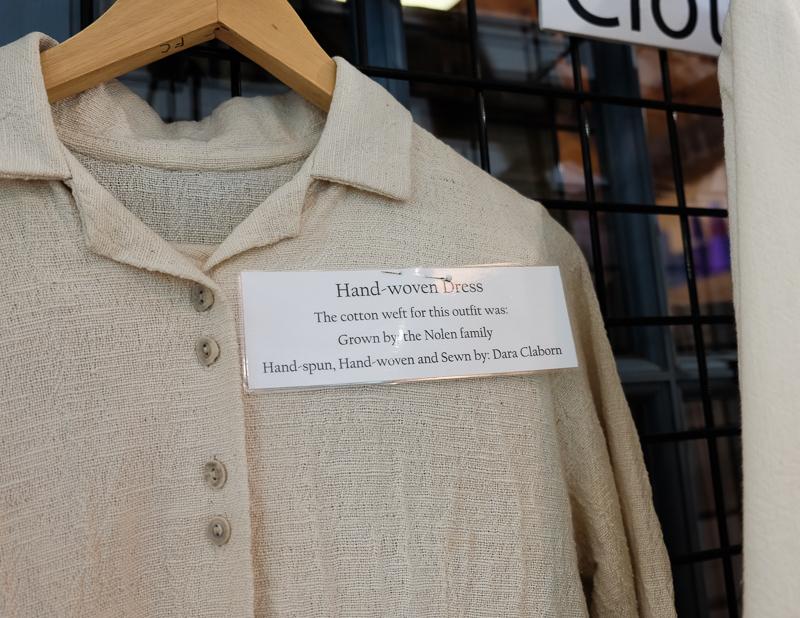 手織りの布で作られた洋服