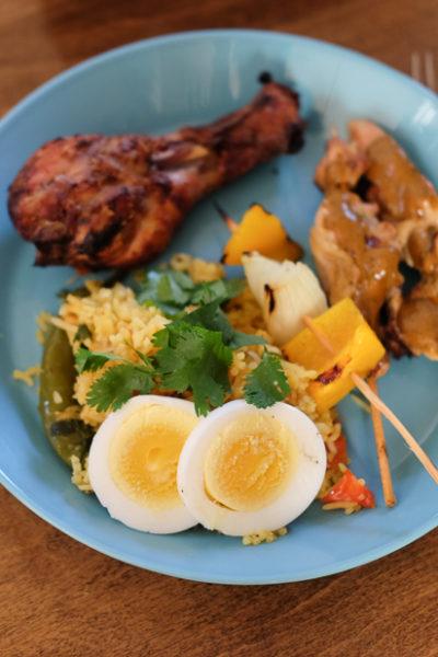 インドネシアのサテ、タンドリーチキン、ビリヤニなどのワンプレートディナー