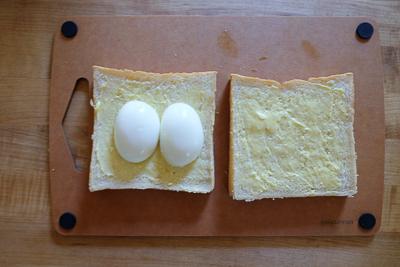 ゆで卵を並べます