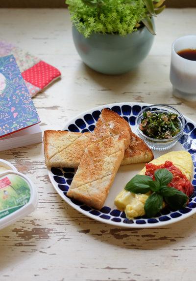 ホシノ食パンとフレッシュトマトソースのオムレツで、朝ごはん