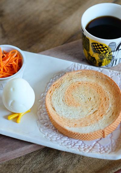 《ハロウィン色の渦巻パン》と《ゆでたまごのひよこ》。