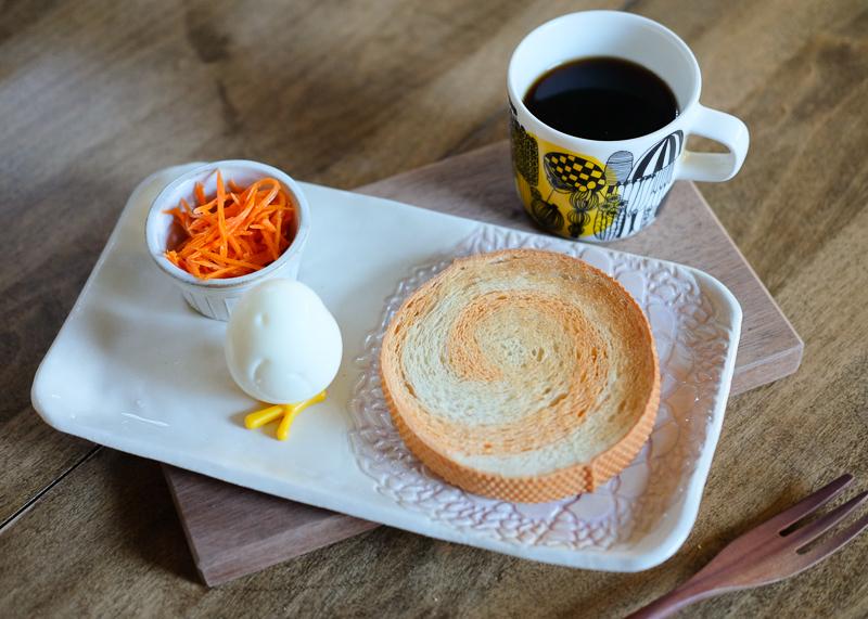 渦巻パンとたまごのひよこで、朝ごはん