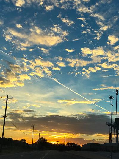 サマータイムの終わり、と感動的な夕日、と高校のフットボールスタジアム