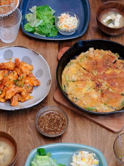 韓国料理の夕ごはん・ヤンニョムチキンとキムチ&チーズ入りのチヂミ
