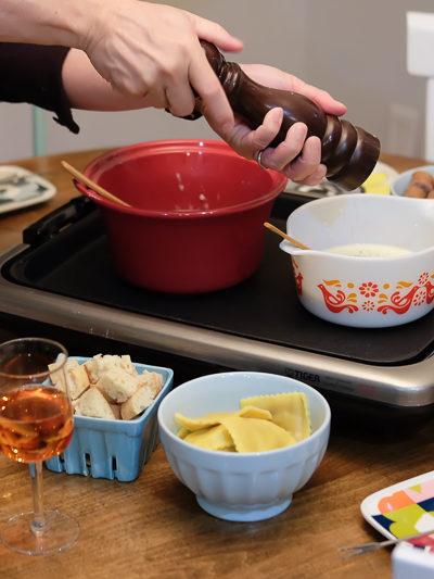 バレンタインに家族で囲む、二種類のチーズフォンデュ&デザートのチョコレートフォンデュ。
