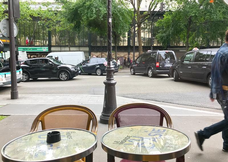外にもテーブルとイスが