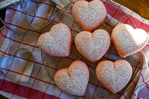 ハート形のピンク白パン