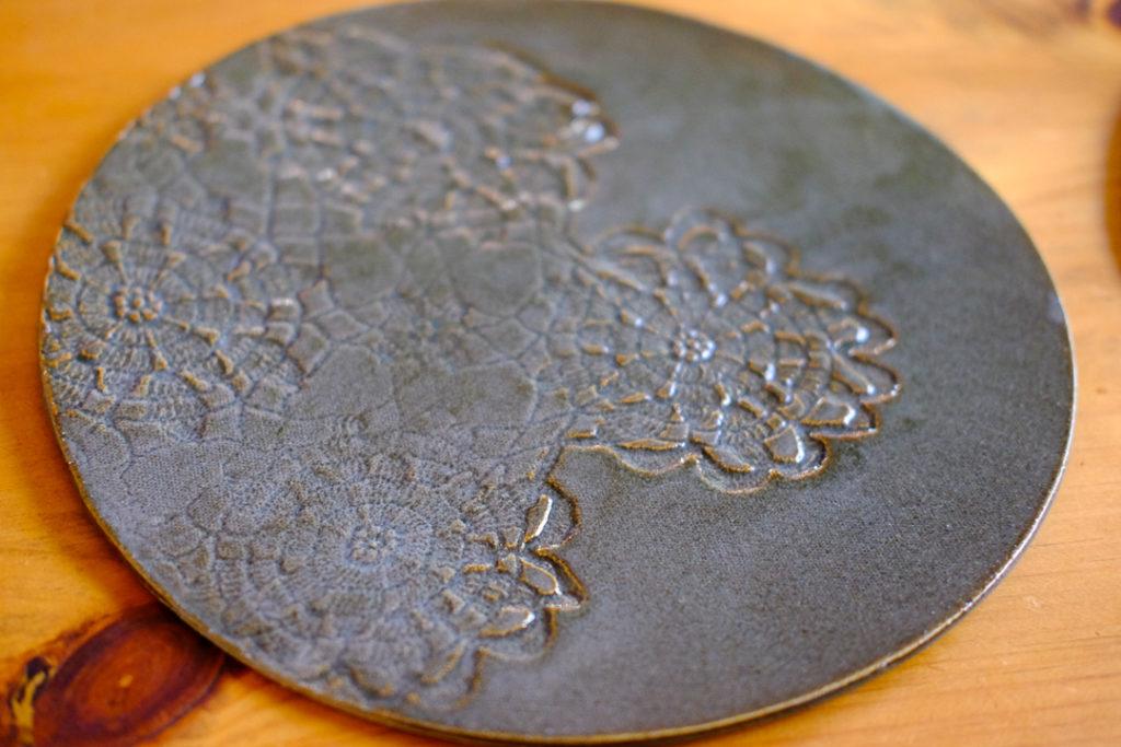 レースの陶板皿