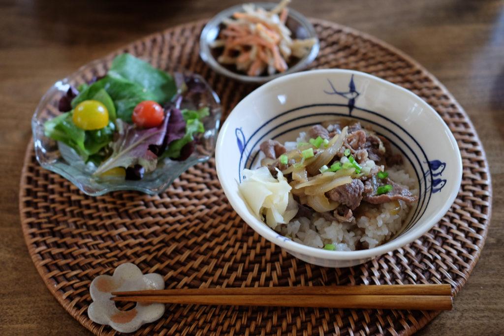 牛丼、ごぼうとにんじんのサラダ、ベイビーリーフとトマトのサラダ