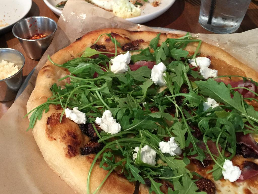 ドライフィグとフェタチーズのピザ