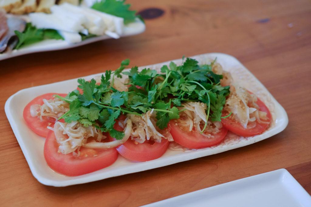 パクチーたっぷりトマトサラダ