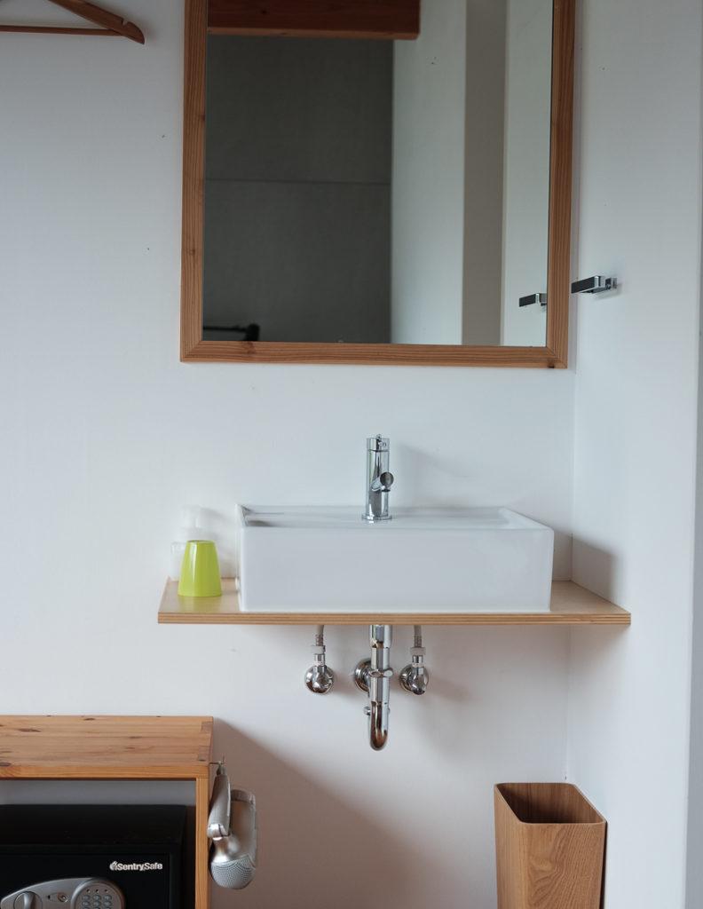 部屋に備え付けの小さな洗面