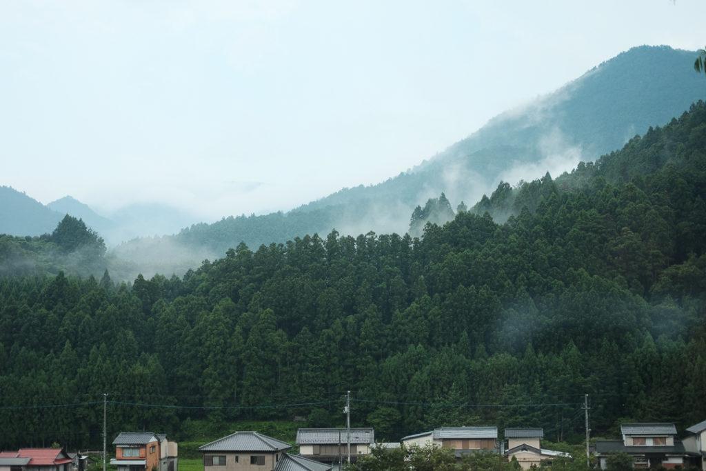 霧のかかった山が美しい