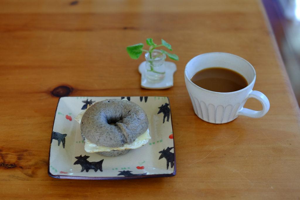 黒ゴマベーグルサンドイッチの朝ごはん