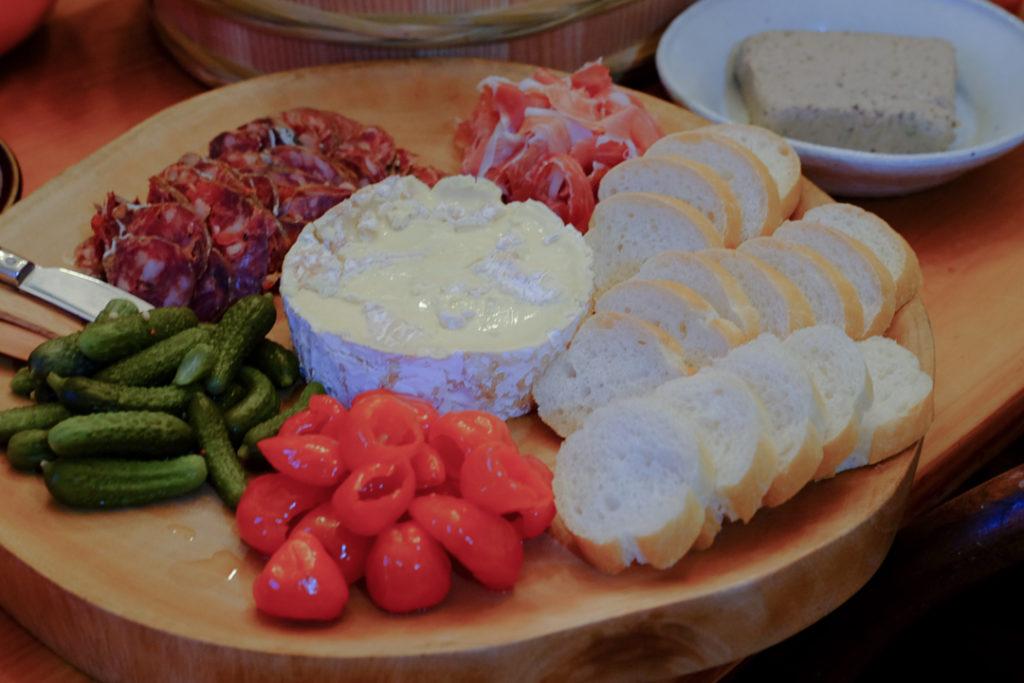 チーズやハムのプレート