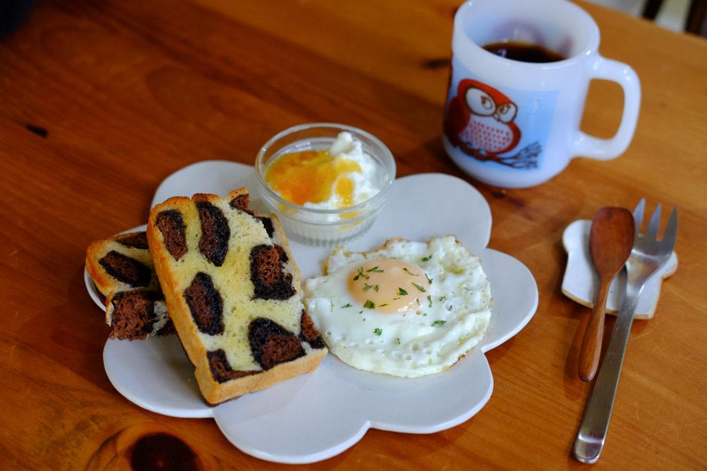 ヒョウ柄パンで朝ごはん