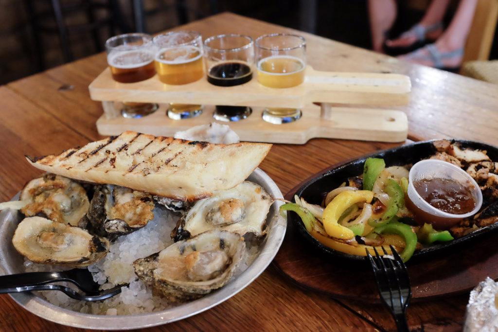 牡蠣とジャークチキン、ビールのフライト