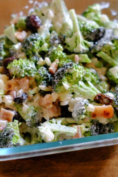 【レシピ】ブロッコリーを生のまま美味しく♪ ナッツやレーズン入りが楽しい《ブロッコリーサラダ》