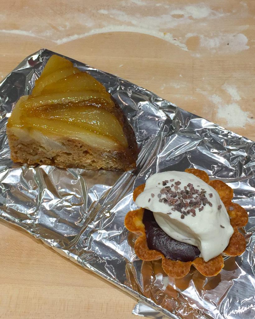 洋ナシのケーキとチョコレートタルト