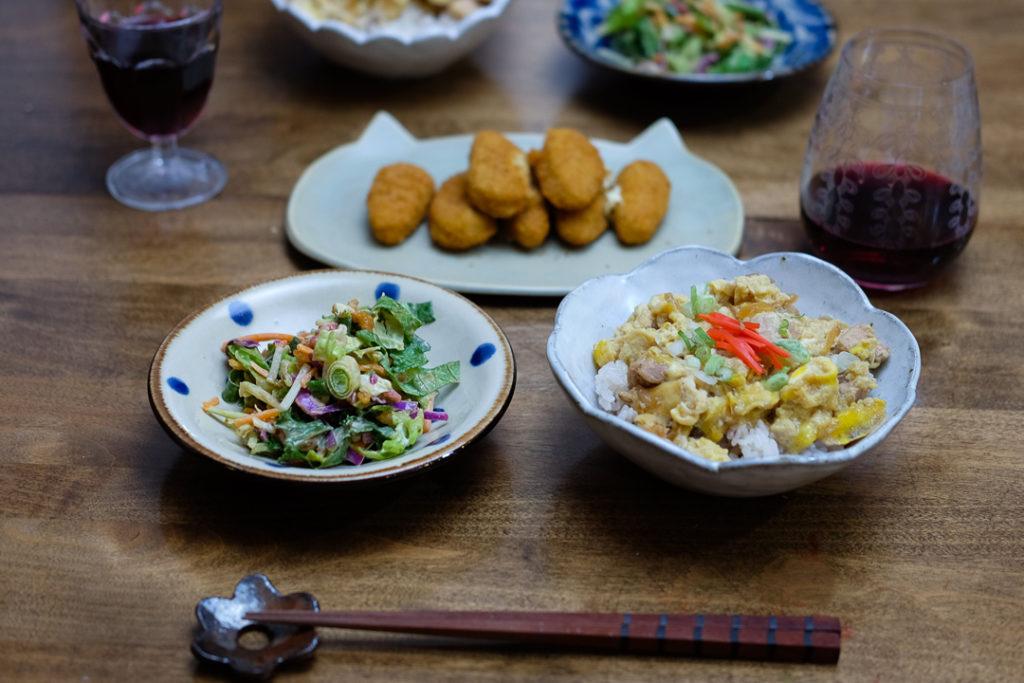 親子丼、チョップドサラダ、ハラペーニョポッパー