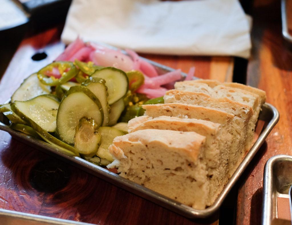自家製ピクルスとパン