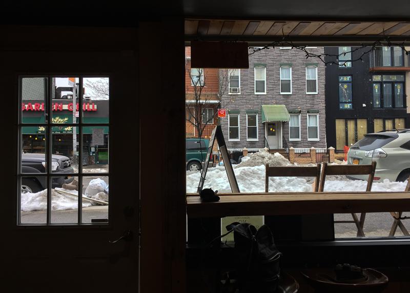 カフェの中から見る外の風景