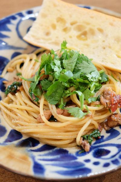 【レシピ】「オイルサーディン、ドライトマト、パクチー」のうまみたっぷりパスタ