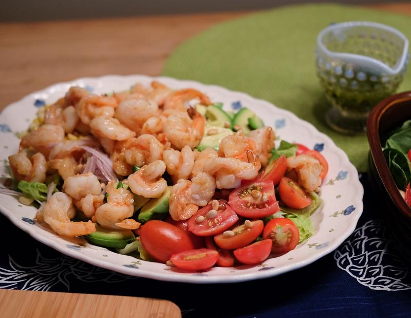 海老、アボカド、トマト、ロメインレタスなどのサラダ