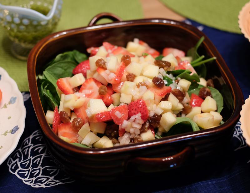いちご、りんご、ほうれん草のサラダ