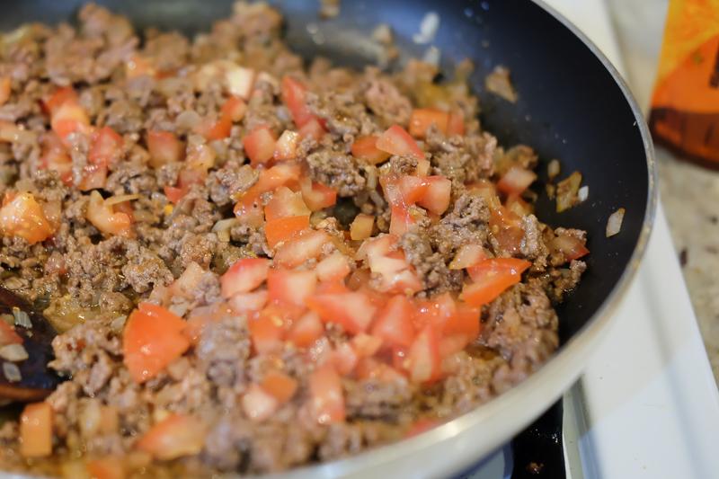 トマトもひき肉も炒めます