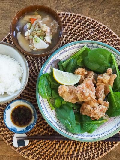 夜ごはんは、から揚げ&豚汁の定食風。から揚げによくあう「ジンジャーネギソース」のレシピあり♪