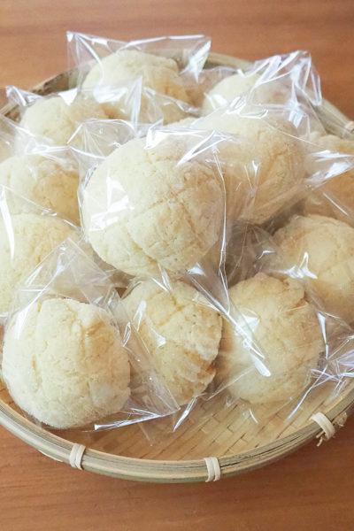 ミニメロンパンを焼く。そして、昨日のパンも完売でした。✨