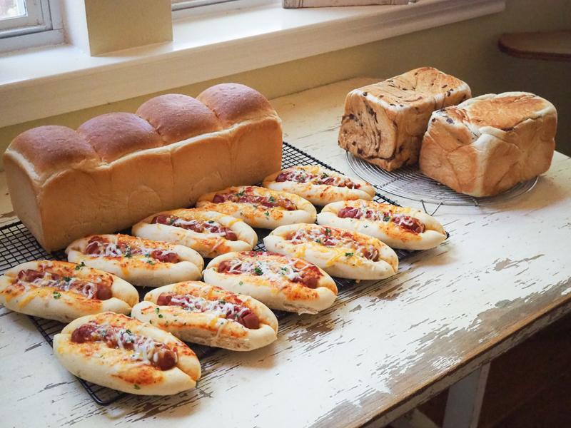 食パン、ピザ味のソーセージパン、あん食