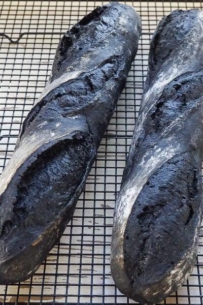 ココナツの活性炭パウダーを使った、かっこいい「まっ黒バゲット」、焼けました♪